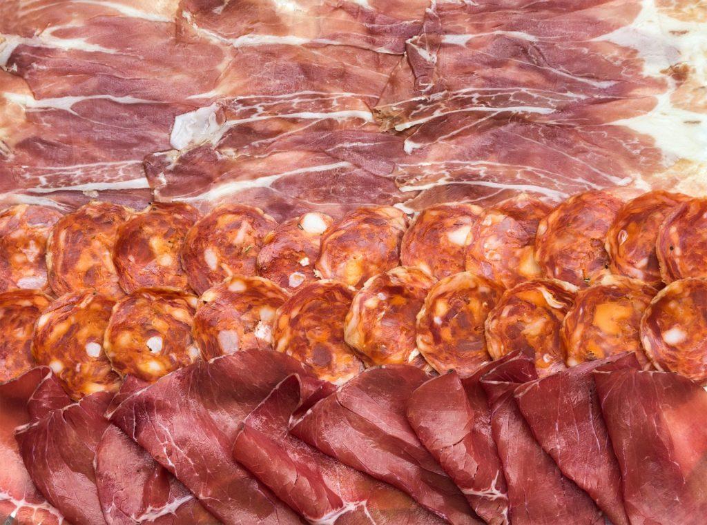イタリアの硬化肉タイプの組成。 サラミ、ブレザオラ、生ハムのパルマスライス、上面図